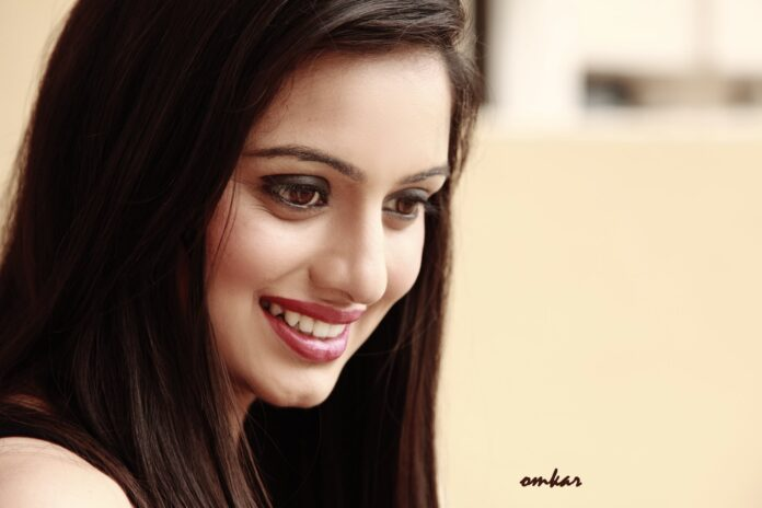 Shruti marathe Marathi actress Wikipedia Biography Hd Photos Images Wallpapers Family husband Net Income Profit Hieght Waight